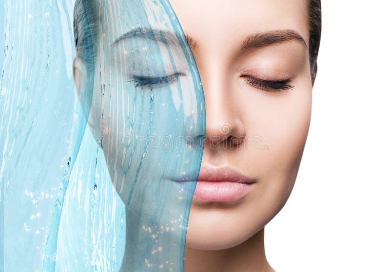 Sensuele vrouw onder waterplons met verse huid royalty-vrije stock fotografie