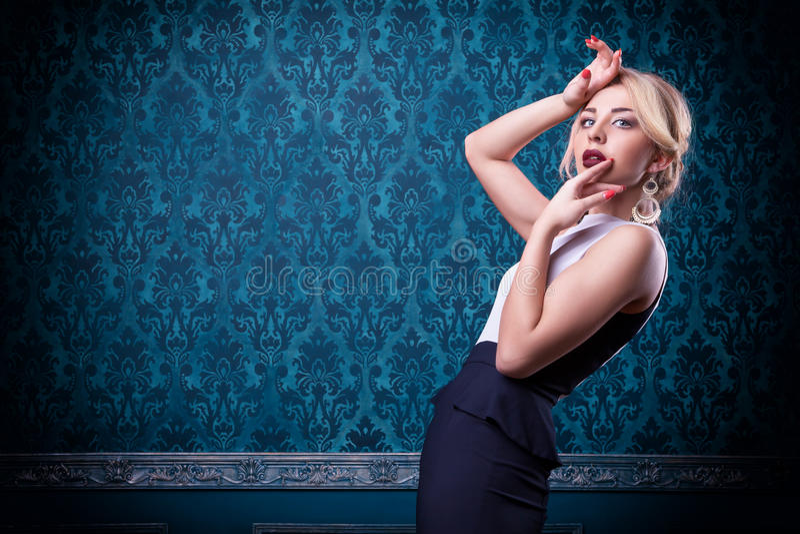Sensuele vrouw op blauwe uitstekende achtergrond stock foto's