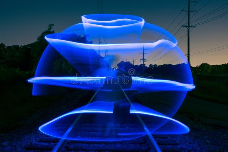 Sent - ljus målning för natt på det tomma järnvägspåret royaltyfri fotografi