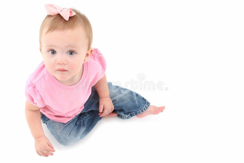Sentada adorable del bebé imagen de archivo