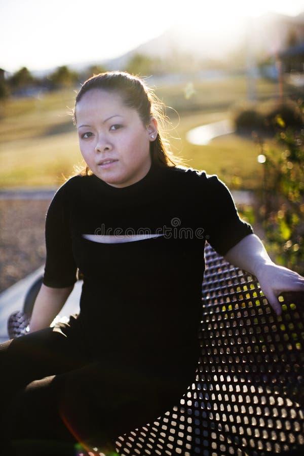 Sentada asiática de la mujer foto de archivo libre de regalías