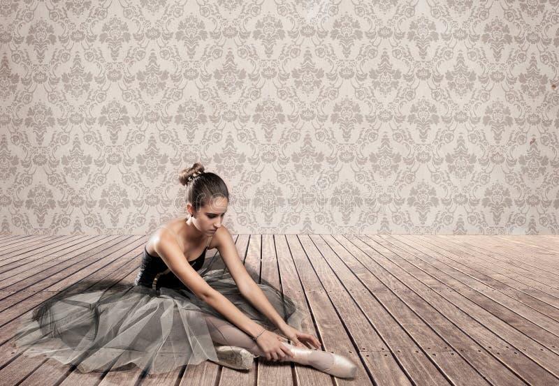 Sentada atractiva de la bailarina fotografía de archivo