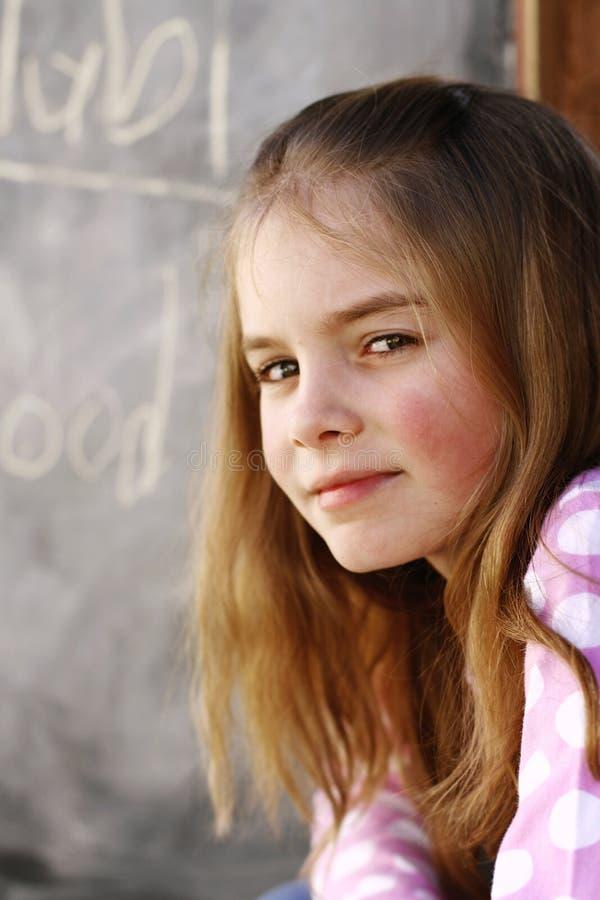 Sentada de la chica joven foto de archivo libre de regalías