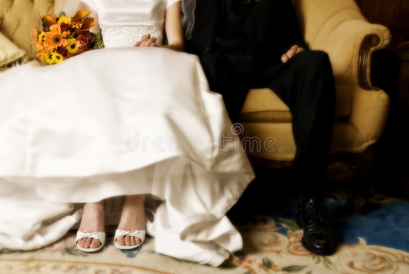 Sentada de la novia y del novio fotografía de archivo libre de regalías