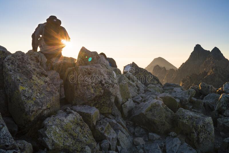 Sentada de la persona en el cielo de Gray Rocks Under Clear Blue imágenes de archivo libres de regalías