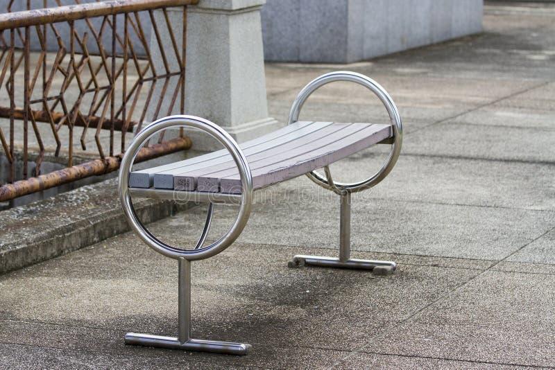 Sentada larga de la tabla en el parque imagen de archivo