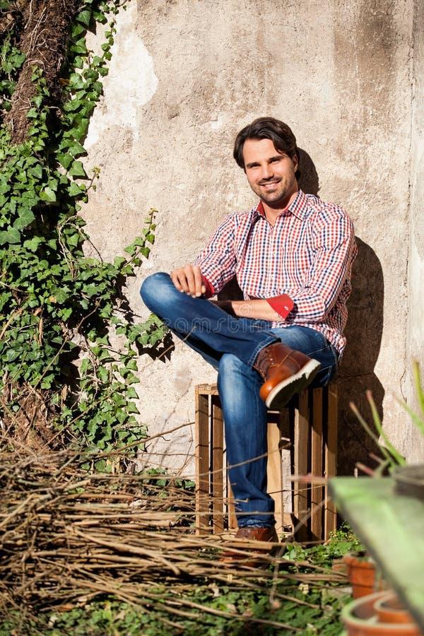 Download Sentada Modelo Masculina Con Las Piernas Cruzadas Foto de archivo - Imagen de feliz, ramificaciones: 41912376
