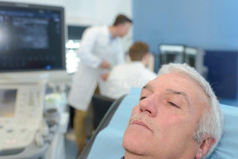 Sentada paciente mayor en cama en hospital imágenes de archivo libres de regalías