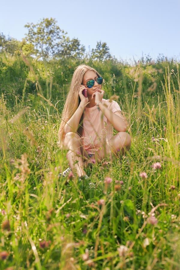 Sentada sonriente de la muchacha imagen de archivo libre de regalías
