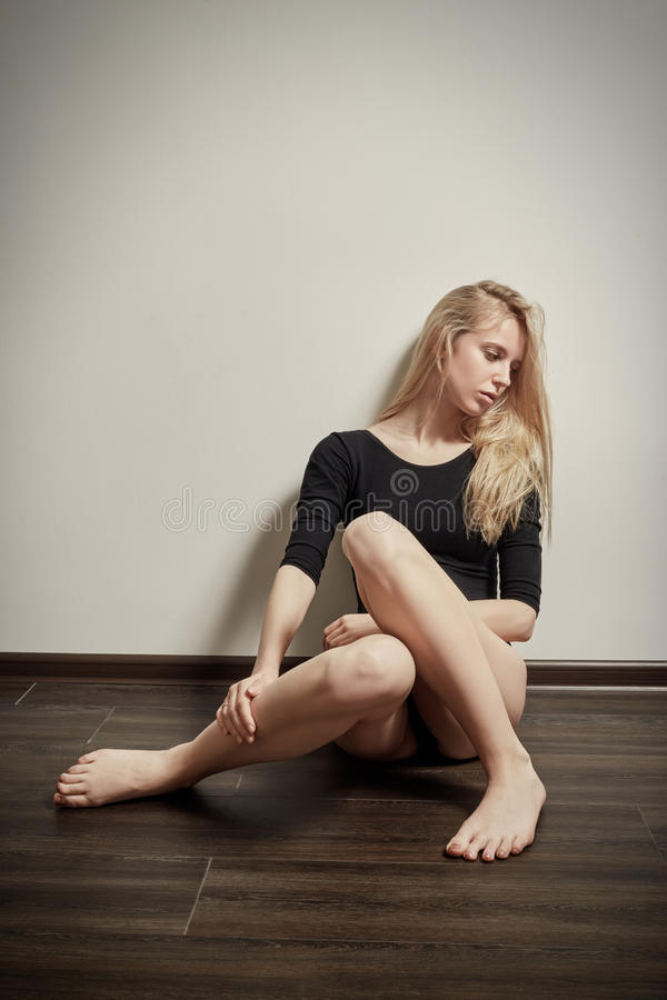 Sentada triste de la muchacha foto de archivo