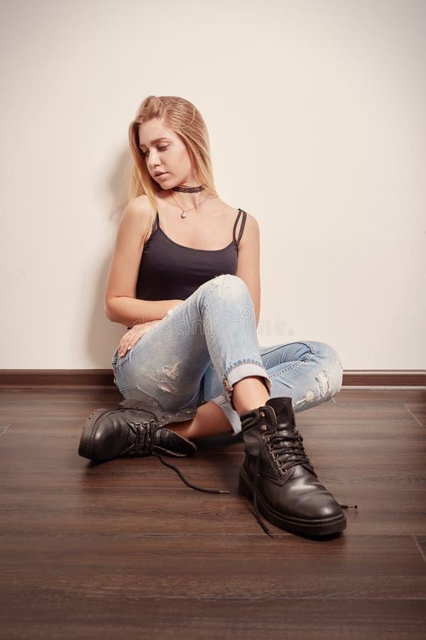 Sentada triste de la muchacha fotos de archivo libres de regalías