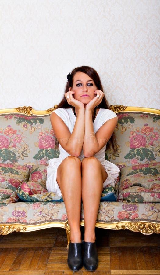 Sentada y pensamiento de la mujer fotos de archivo