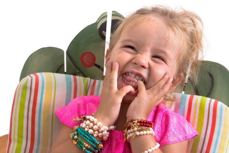 Sentada y risa del niño imagen de archivo libre de regalías