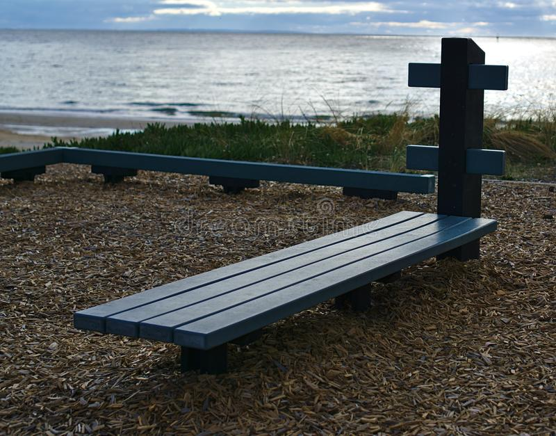 Sente acima o banco na praia fotos de stock royalty free