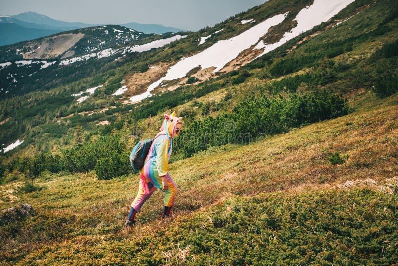 Sentez la liberté en montagnes, femme voyageant dans le costume de licorne photos stock