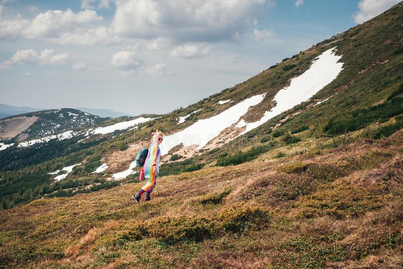 Sentez la liberté en montagnes, femme voyageant dans le costume de licorne photos libres de droits