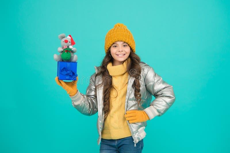 Sentez-vous reconnaissant pour le bon cadeau gamin de mode dans une veste à la mode vêtements d'hiver chauds bonus d'achat en lig images stock