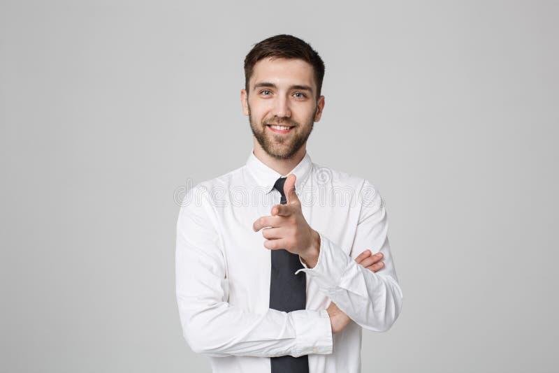 Sentido apontando do homem de negócios bem sucedido novo com o dedo sobre o fundo cinzento escuro Copie o espaço imagens de stock royalty free