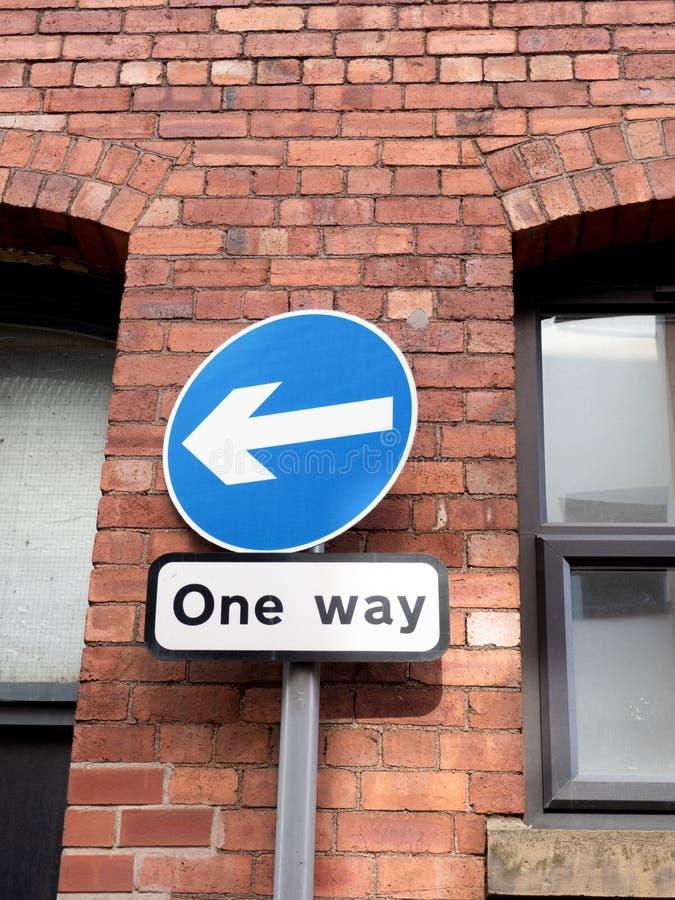 Sentido da maneira da exibição uma do sinal de estrada imagens de stock royalty free