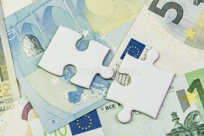 Sentido de Europa e de Reino Unido após o conceito da negociação do brexit, o enigma de serra de vaivém em cédulas do Euro com ba fotografia de stock royalty free