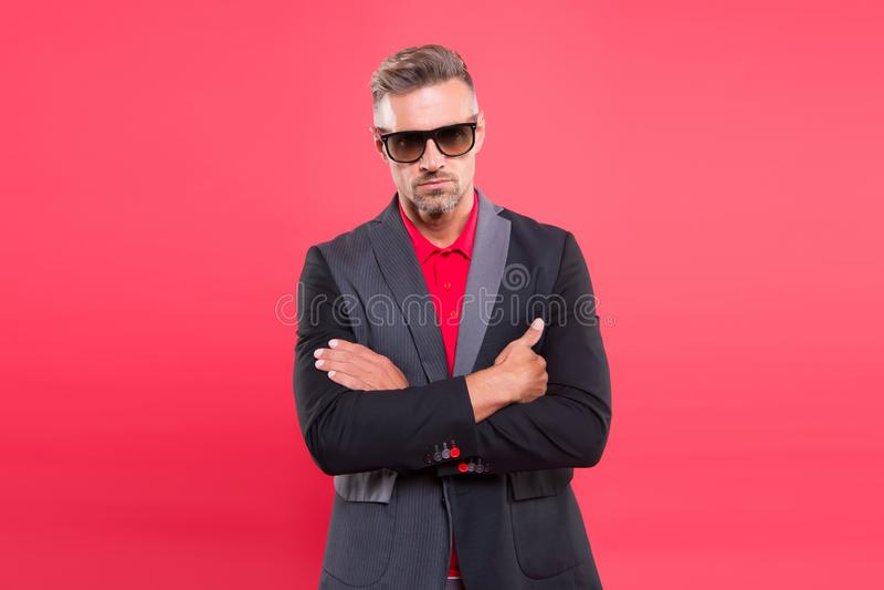 Sentido de los caballeros de la confianza Modelo de moda maduro confiado hermoso del hombre llevar el traje de moda Estilo del tr imágenes de archivo libres de regalías