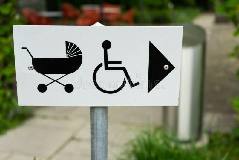 Sentido do sinal do carrinho de criança e da cadeira de rodas de bebê foto de stock royalty free