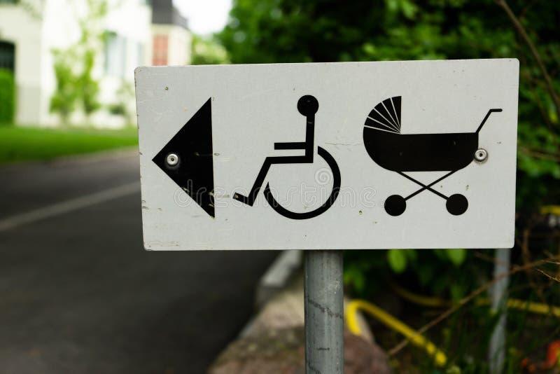 Sentido do sinal do carrinho de criança e da cadeira de rodas de bebê fotografia de stock