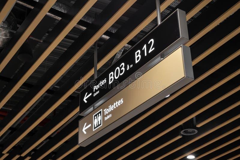 Sentidos para portes das portas e toaletes dentro do terminal 2 em Saint Exupery International Airport de Lyon, França foto de stock