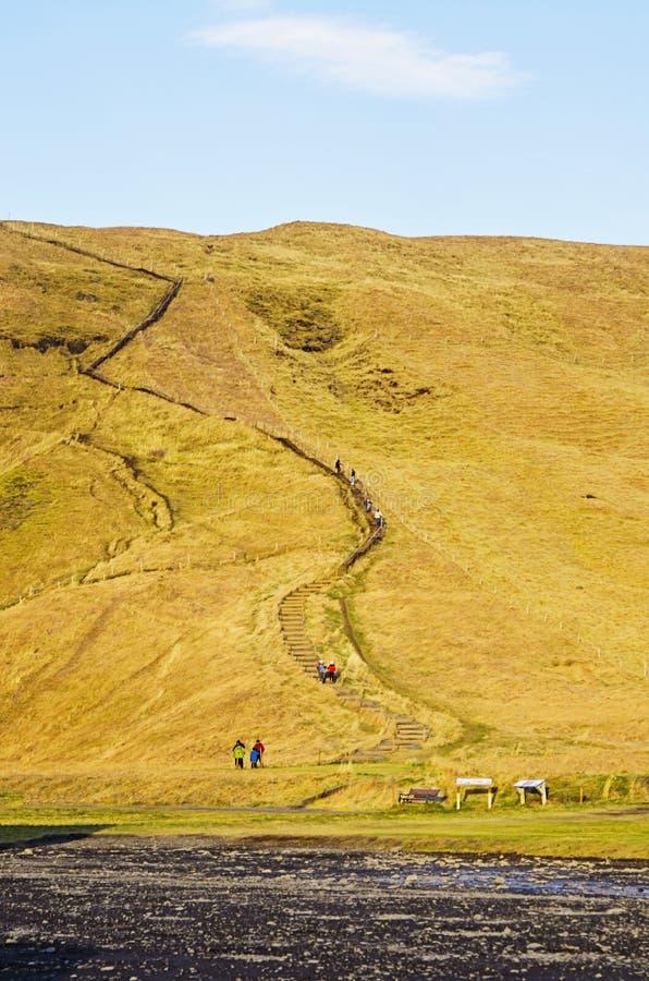Sentier de randonnée jusqu'au dessus de la cascade Islande de Skogafoss images libres de droits