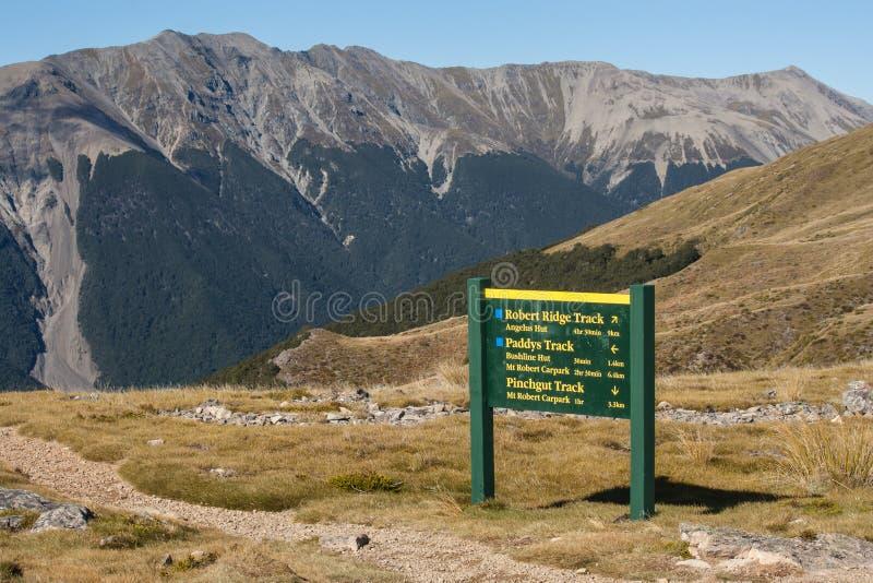 Sentier piéton étroit avec le conseil en Nelson Lakes photographie stock libre de droits