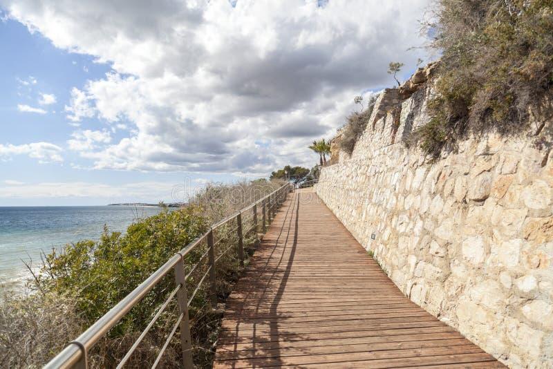 Sentier piéton, Cami de Ronda près de la mer Méditerranée photographie stock