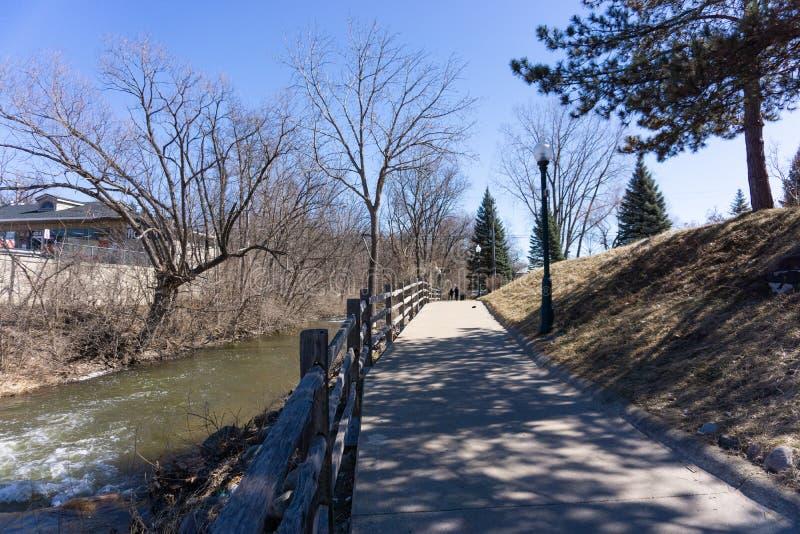 Sentier piéton par la crique de peinture à Rochester, Michigan images libres de droits