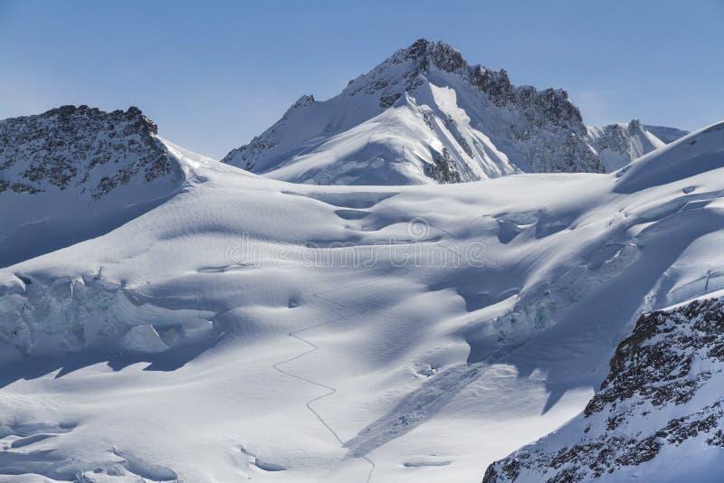 Sentier piéton sur la neige dans le dessus de l'Europe switzerland photo libre de droits