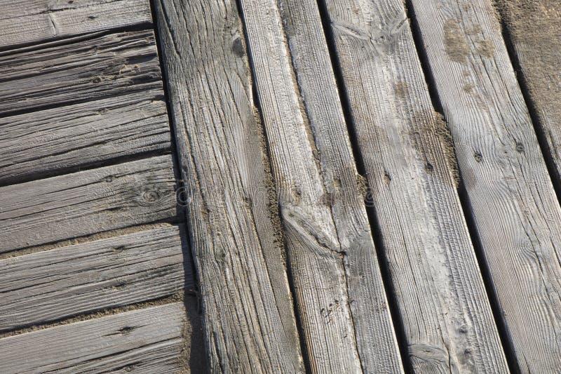 Sentiero costiero di legno con la spiaggia di sabbia fotografia stock libera da diritti