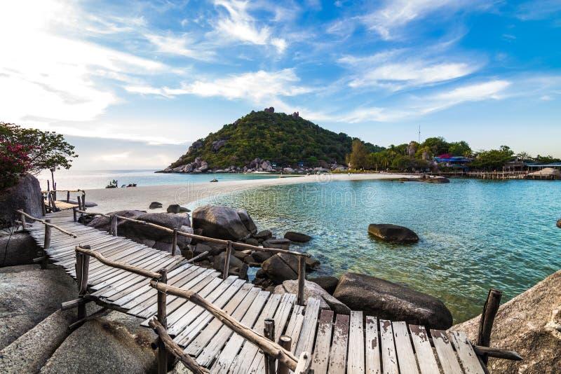 Sentiero costiero sulla roccia di spaccatura alla spiaggia fotografie stock libere da diritti