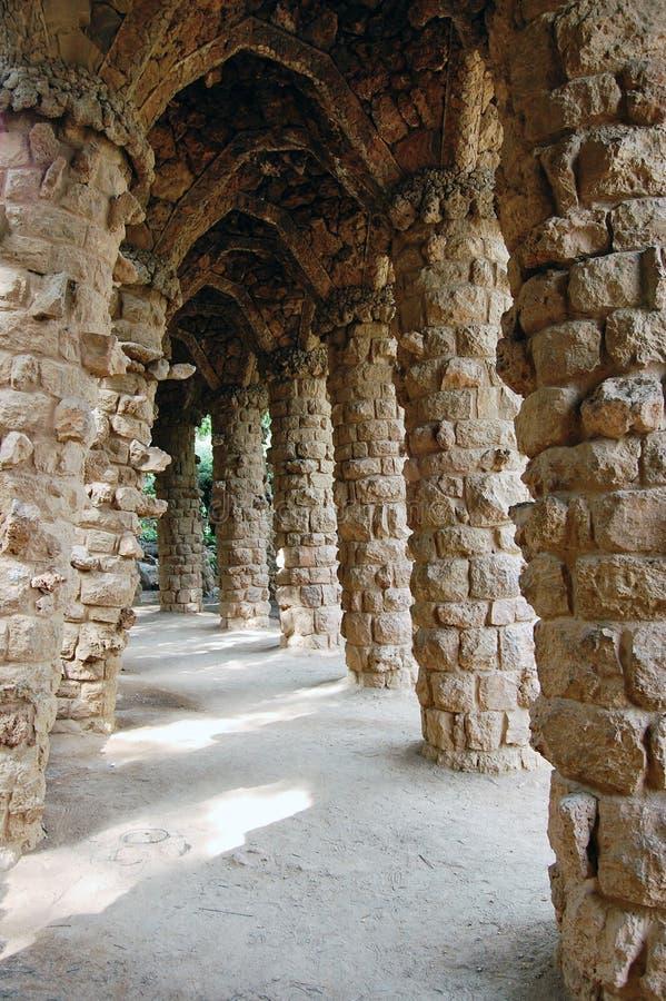Sentiero per pedoni Colonnaded nella sosta di Guell, Barcellona. immagini stock libere da diritti