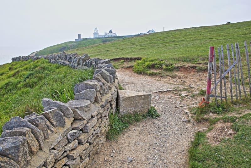 Sentiero per pedoni costiero che conduce al faro del punto dell'incudine alla testa di Durlston vicino a Swanage fotografie stock libere da diritti