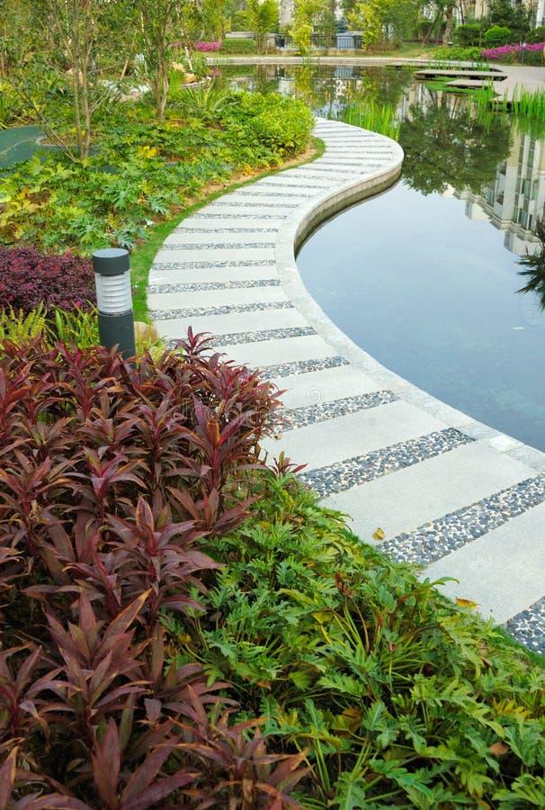 Sentiero per pedoni durante un giardino tranquillo fotografia stock
