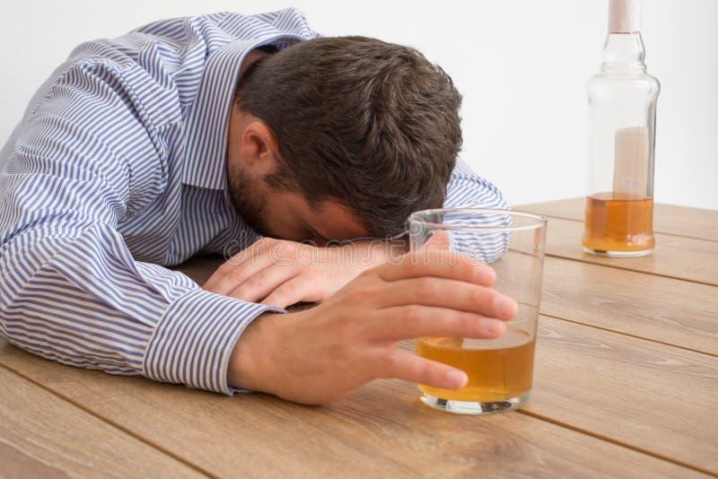 Sentiment dépendant d'alcool d'homme mauvais image stock