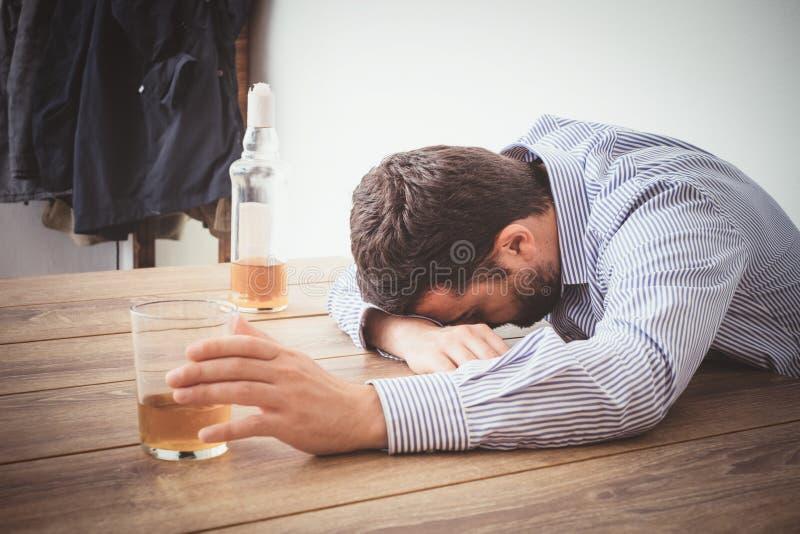 Sentiment dépendant d'alcool d'homme mauvais photos stock