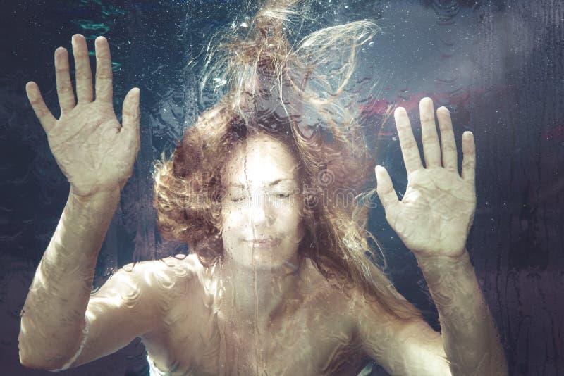 Sentiment d'été Femme sous l'eau images stock