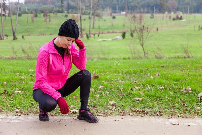 Sentiment d'athlète de jeune femme étourdi ou avec le mal de tête photographie stock libre de droits