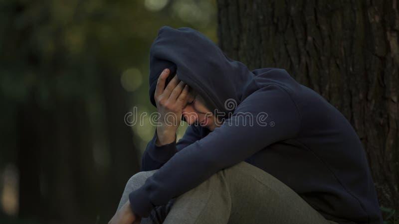 Sentiment d'homme de toxicomane en difficulté après overdose de dopant, de dépression et d'inquiétude image libre de droits