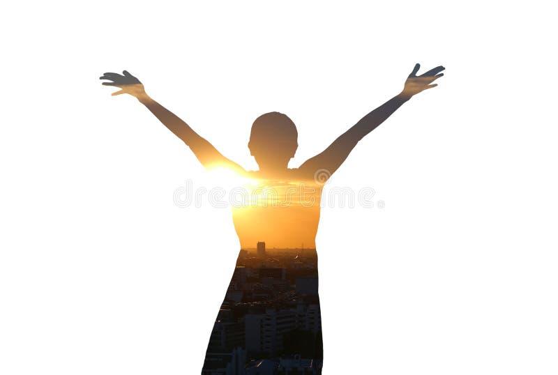 Sentiment de femme de double exposition gratuit et bras grands ouverts avec le coucher du soleil de soirée sur le fond blanc photos stock