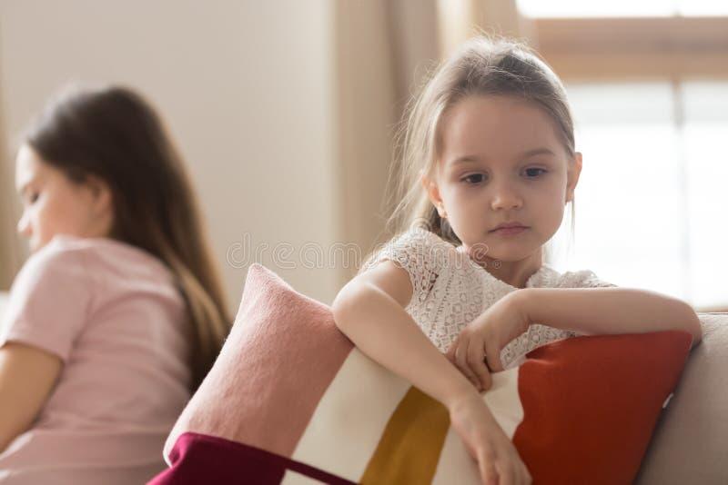 Sentiment de fille d'enfant de renversement triste après combat avec la mère photos stock