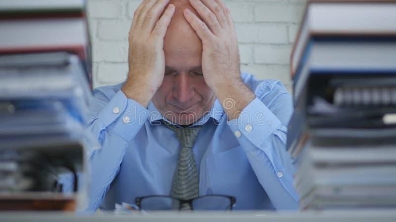 Sentiment de geste de With Desperate Hand d'homme d'affaires de renversement fatigué dans la chambre de bureau image libre de droits
