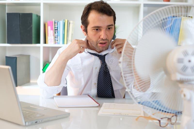 Sentiment des employ?s de bureau soumis ? une contrainte apr?s brume de la chaleur d'?t? images libres de droits