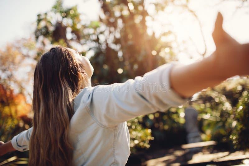 Sentiment femelle gratuit avec des bras grands ouverts images libres de droits