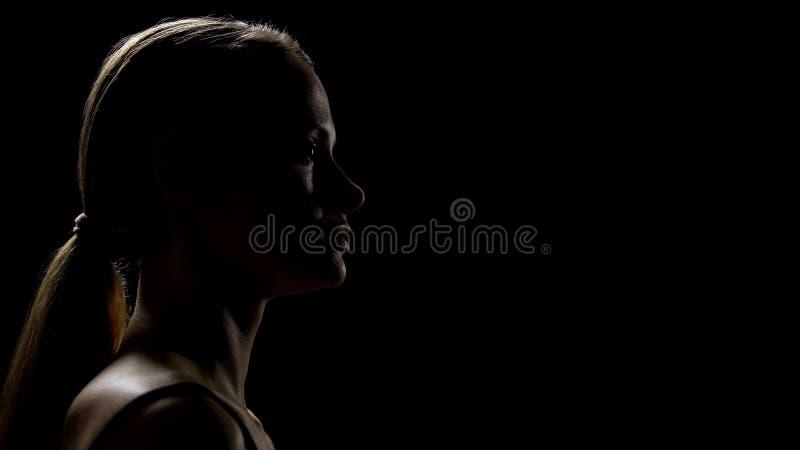 Sentiment femelle imparfait, regardant avec crainte en avant, combattant des insécurités image stock