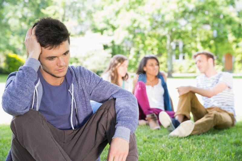 Sentiment isolé d'étudiant exclu sur le campus photo stock